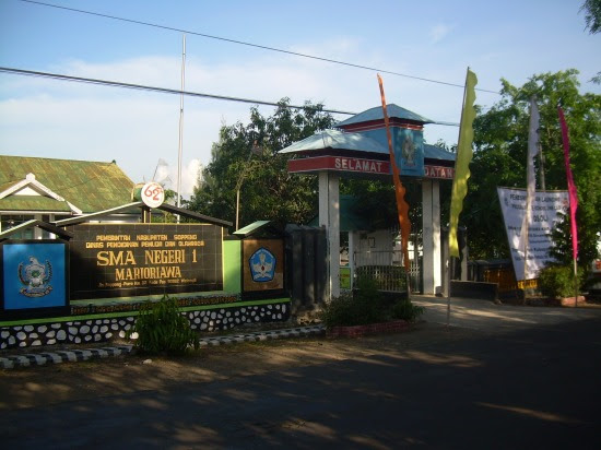 pintu gerbang & papan nama sekolah