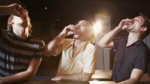 Hombres tomando alcohol