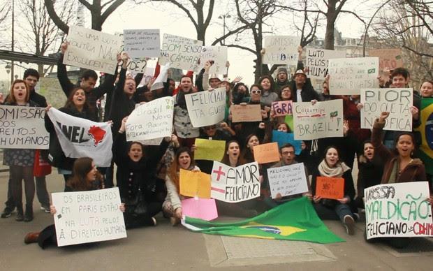 Brasileiros protestaram contra Feliciano (Foto: BBC)