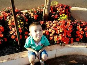 O pequeno Vinicius Marques Rodrigues, de quatro anos, foi diagnosticado com leucemia mielóide aguda em setembro de 2015. Agora ele aguarda um transplante de medula óssea que deve ocorrer em setembro (Foto: Elismar Rodrigues/ Arquivo Pessoal)