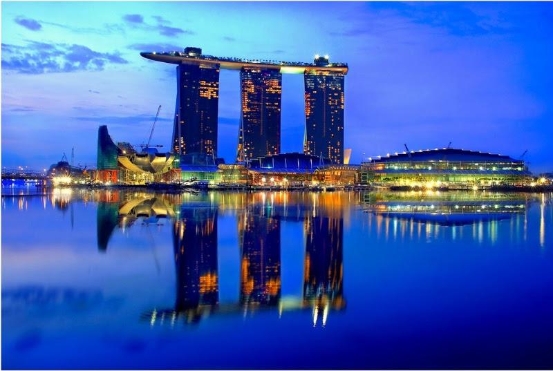 Необычная гостиница с бассейном на крыше. Marina Bay Sands. Вид вечером