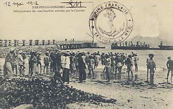 ILES POULO-CONDORE - Débarquement des Marchandises arrivées par le Courrier