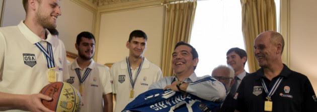 Ο Αλεξης Τσίπρας με φανέλα παίκτη της Εθνικής νέων! Απίστευτα στιγμιότυπα στο Μαξίμου [pics]