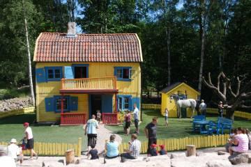 Visitantes en Villa Kunterbunt, en el parque temático de Pippi Calzaslargas, en Gotland (Suecia).