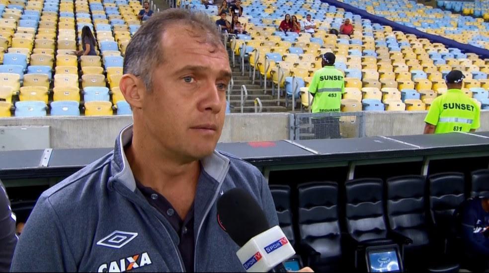 Eduardo Baptista viu Atlético-PR com muitos erros de passe no Maracanã (Foto: Reprodução/Premiere FC)
