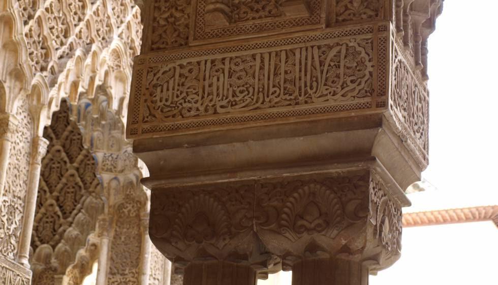 Columna con epígramas en la Alhambra.