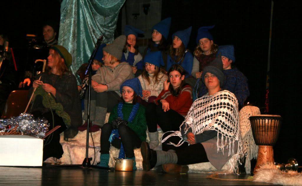 Deler av koret og drama-gjengen sitter der