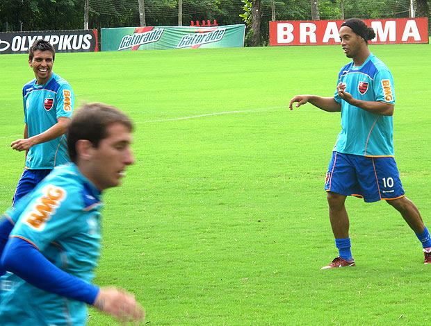 Ronaldinho brincando com Fierro no treino do Flamengo (Foto: Janir Junior / GLOBOESPORTE.COM)