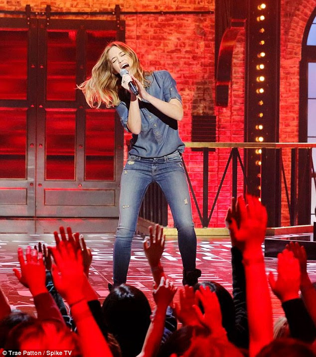 Anne Hathaway Lip Sync Battle: Emily Blunt Grinds Up On Anne Hathaway In 'Lip Sync Battle