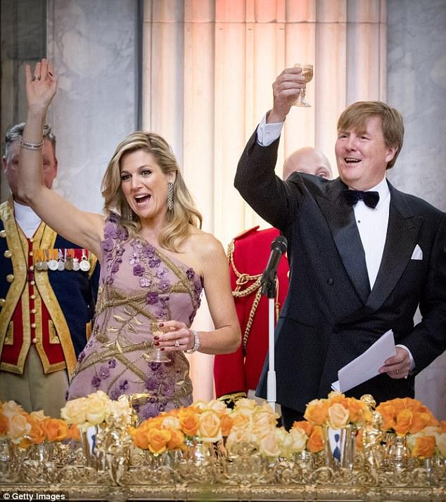 Na noite de sexta-feira rei e rainha holandesa 150 convidados escolhidos por uma loteria para sua casa para um jantar com a família real