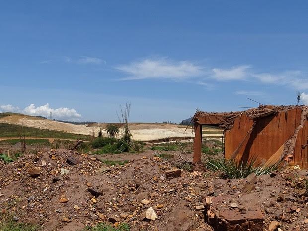 Na área de Bento Rodrigues, diques são construídos para evitar carreamento de rejeito (Foto: Raquel Freitas/G1)