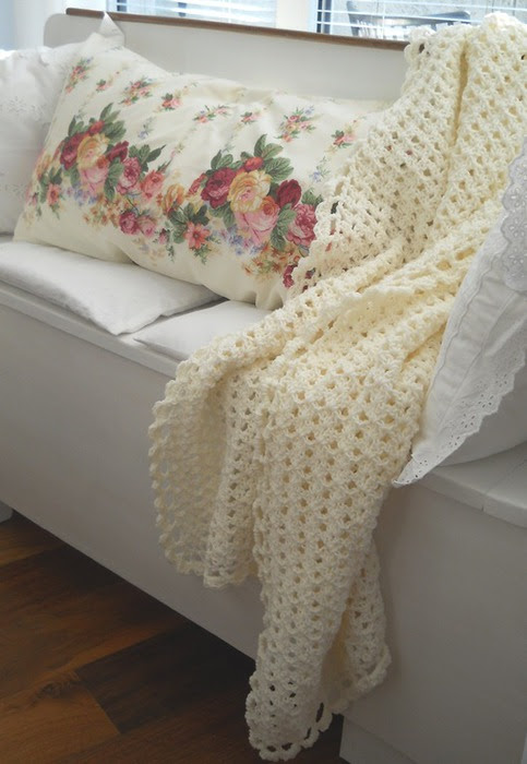 Crochet.  blanket and pillows (1) (483x700, 81Kb)