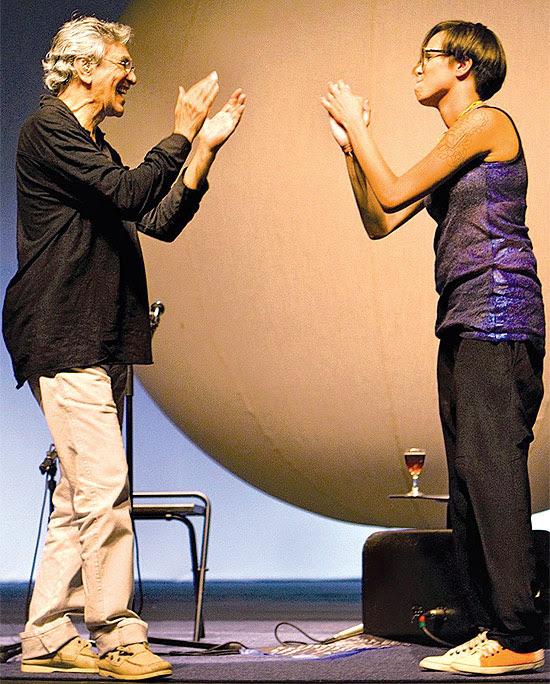 """Um dos shows da turnê que Caetano Veloso e Maria Gadú fizeram juntos se transformou no DVD """"Multishow ao Vivo"""", que será lançado no dia 23."""