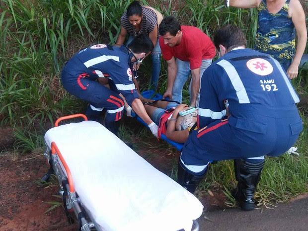 Outros motoristas ajudam bombeiros no socorro às vítimas. (Foto: Giovane Ropelli Coelho/Arquivo pessoal)