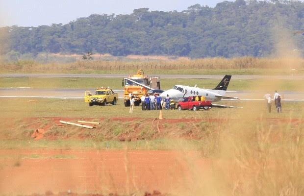 Avião de pequeno porte perde trem de pouso e fecha aeroporto de Goiânia (Foto: Cristiano Borges/Jornal O Popular)
