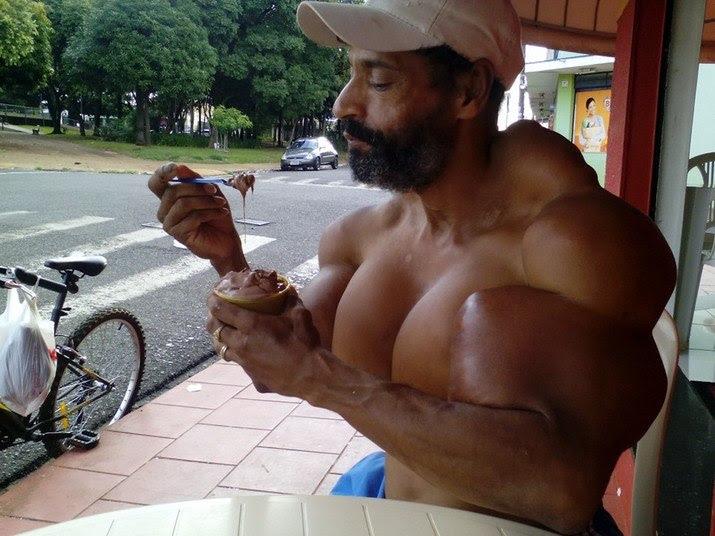 — Eu dobrei meus bíceps para 60cm, mas quero ser maior ainda!