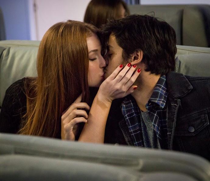 Eliza dá beijão em Jonatas no avião (Foto: Fabiano Battaglin / Gshow)