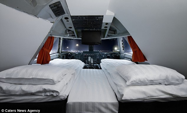 The grounded Boeing 747 is now a fixed hostel at Arlanda airport, near Stockholm, where gusts can even pay to stay in the cockpit suite