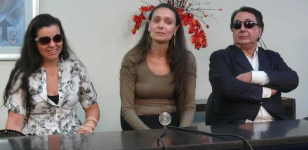 Gabrielle Burcci, filha de Wando, Renata Costa, mulher do cantor, e Lúcio Vasconcelos,  sogro de Wando, em coletiva de imprensa no Hospital Biocor, em Nova Lima, Minas Gerais (31/1/12)