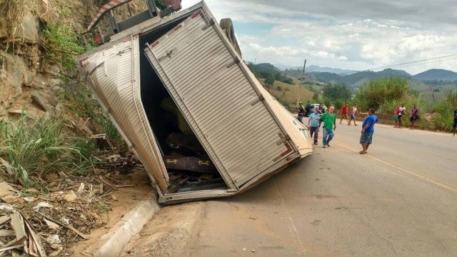 Caminhão com caixões tombou em curva conhecida como 'curva da morte'