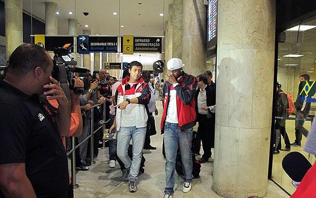 jogadores no desembarque do Flamengo (Foto: Richard Souza / Globoesporte.com)