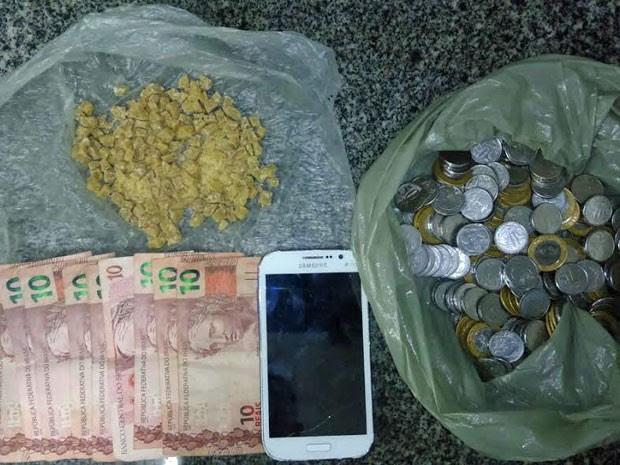 Suspeito estava com 200 pedras de crack e R$ 200 (Foto: Divulgação / Polícia Militar)