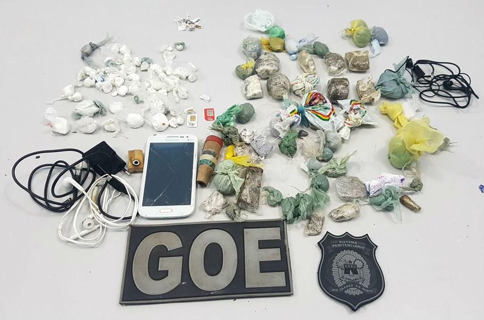 Drogas, um celular, chips e carregadores foram encontrados na Penitenciária Estadual de Parnamirim (Foto: Divulgação/Polícia Militar)