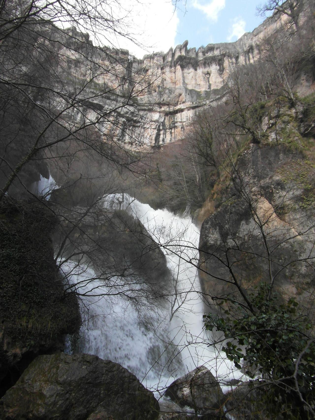 """""""La altura de la Cascada del Elefante es de unos 30 metros"""". Se inicia  a la salida de la presa  y desciende  casi verticalmente por una zona rodeada de rocas hasta una poza donde hay situadas algunas rocas."""