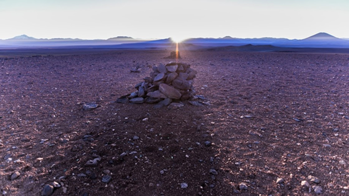 La alineación de la salida del sol en el solsticio de invierno con los saywas del desierto de Atacama, Chile. Fuente: A. Silber, ALMA (ESO/NAOJ/NRAO). (CC BY 4.0)