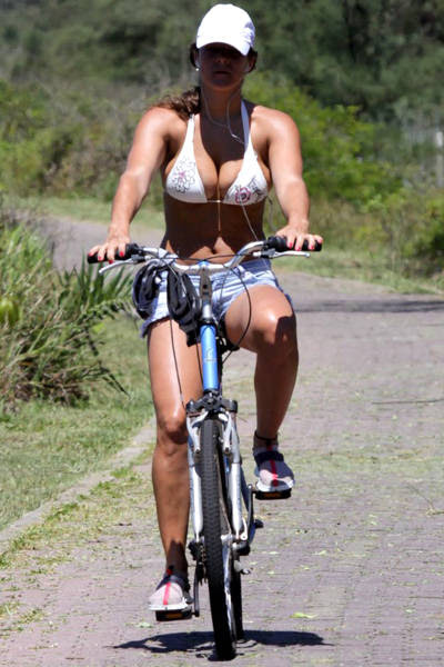 Priscila Fantin anda de bike na orla da praia da Reserva, no Rio