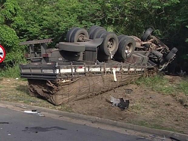 Carro e caminhão batem de frente e motorista morre na BR-101, Espírito Santo (Foto: Reprodução/TV Gazeta)