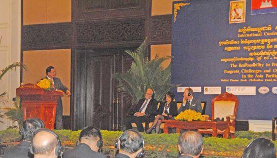 Prime Minister Hun Sen gestures towards former Australian foreign minister, Gareth Evans (second right)