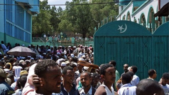 Muslim demonstrators gather outside Addis Ababa's Anwar mosque on 19 October 2012 to protest against the government interfering in religious affairs