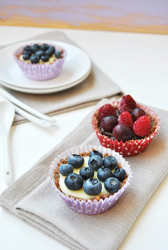 No bake tartelettes with chocolate and fruit