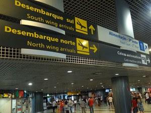 Placas no Aeroporto do Recife contam com tradução em inglês. (Foto: Luna Markman/G1)