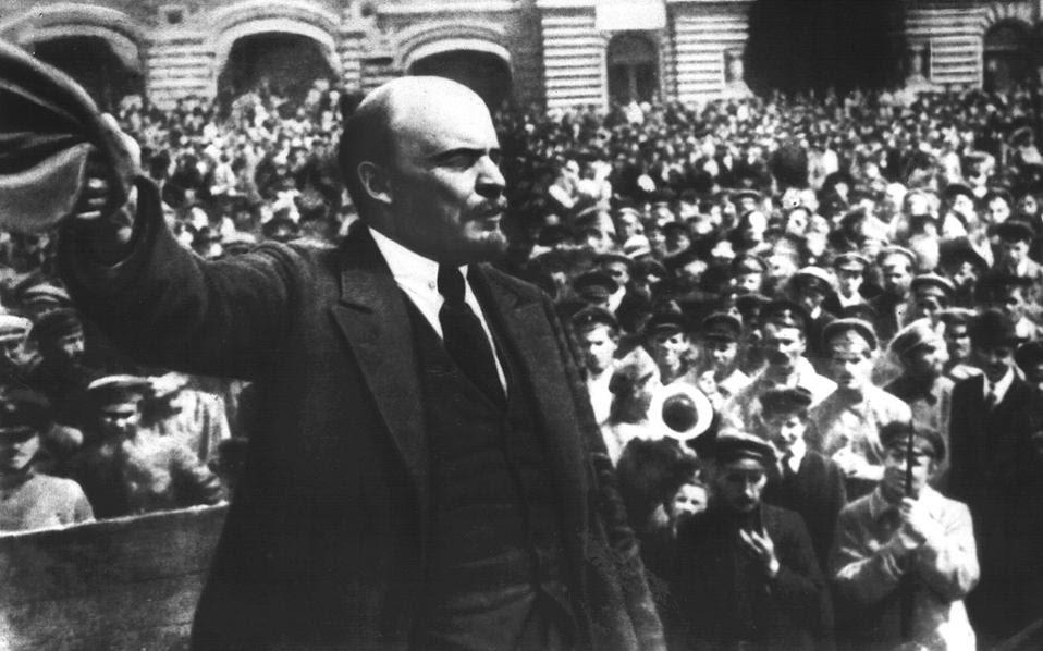 Τους πρώτους εθελοντές του Κόκκινου Στρατού καλωσορίζει ο Λένιν το 1919. Ο ιστορικός ηγέτης της επανάστασης δεν δίστασε να χρησιμοποιήσει τους «χρήσιμους ηλιθίους», όπως ονόμαζε τους διανοούμενους της Δύσης.