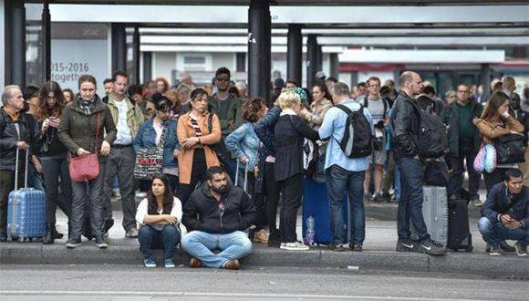 Ciudadanos romanos esperan al autobús en las marquesinas abarrotadas durante la huelga de transportes. Foto: AFP.