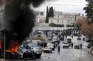 Varios vehículos son incendiados a la entrada del cementerio de El Yelez, en la capital tunecina, el 8 de febrero de 2013, durante el funeral del político opositor tunecino Chukri Bel Aid, asesinado el pasado miércoles. EFE
