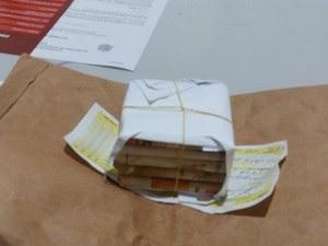 Suspeito trocou FGTS por maço de dinheiro falso feito de papel (Foto: Rota Policial News/Reprodução)