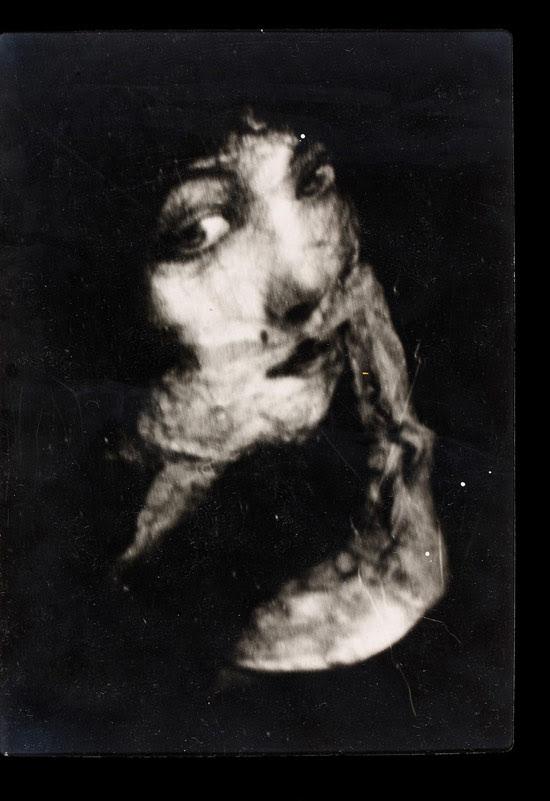 Ectoplasma sai da boca de mulher em sessão mediúnica de 1918