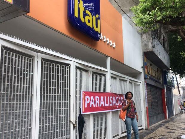 Bancos só abrem as portas na região da Avenida Sete ao meio-dia (Foto: Juliana Almirante / G1)
