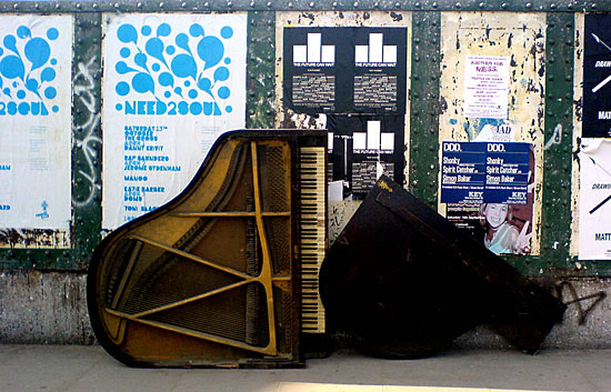 Piano Abandonado na rua Brick Lane - Londres
