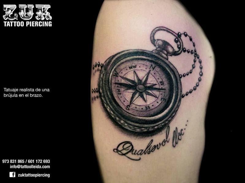 Tatuaje Realista De Una Brújula En El Brazo