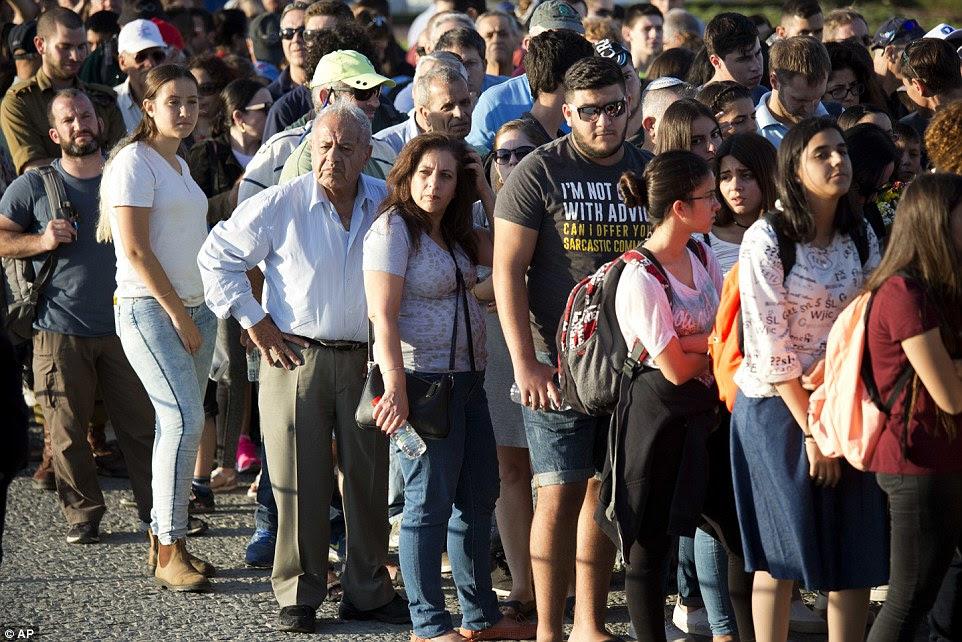 Pessoas fazem fila para pagar respeita ao ex-presidente israelense, Shimon Peres na praça Knesset em Jerusalém
