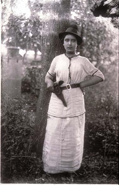 Mexikói forradalom. Armed soldadera. Agustín Victor Casasola (1874-1938) fotója. Vö. http://content.cdlib.org/ark:/13030/hb909nb8h6/?layout=metadata&brand=calisphere