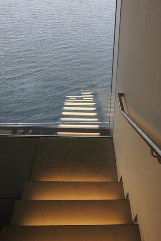 Escadas iluminadas parecem chegar até o mar (Foto: Reprodução)