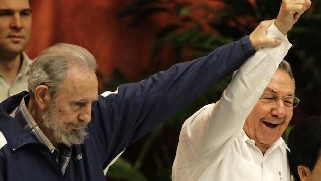 Fidel Castro, en compagnie de son frère, Raul, le 3 août 2012