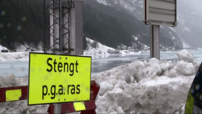 Veien i Odda stengt på grunn av ras (Foto: Arvid Aga/NRK)