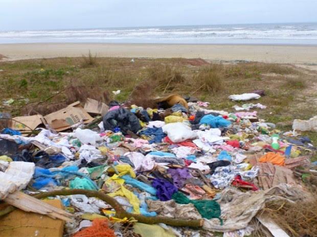 Pesquisadores alertam para lixo na beira da praia (Foto: Ignacio Moreno/Ceclimar)