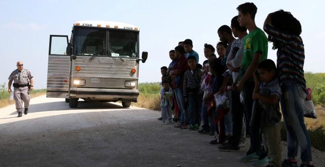 Migrantes retenidos cerca de McAllen, Texas. REUTERS/Loren Elliott